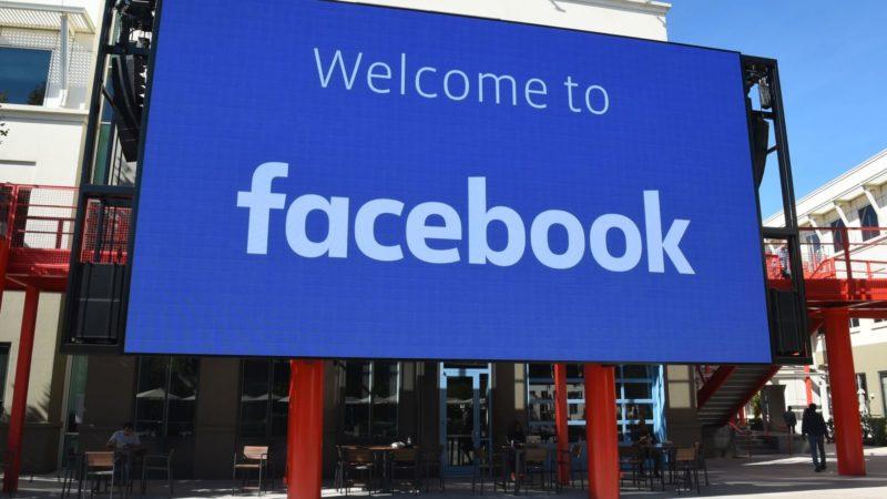 """Placa que diz """"bem-vindo ao Facebook"""" em Menlo Park, na sede da empresa, na Califórnia. Crédito: Josh Edelson/Getty Images"""