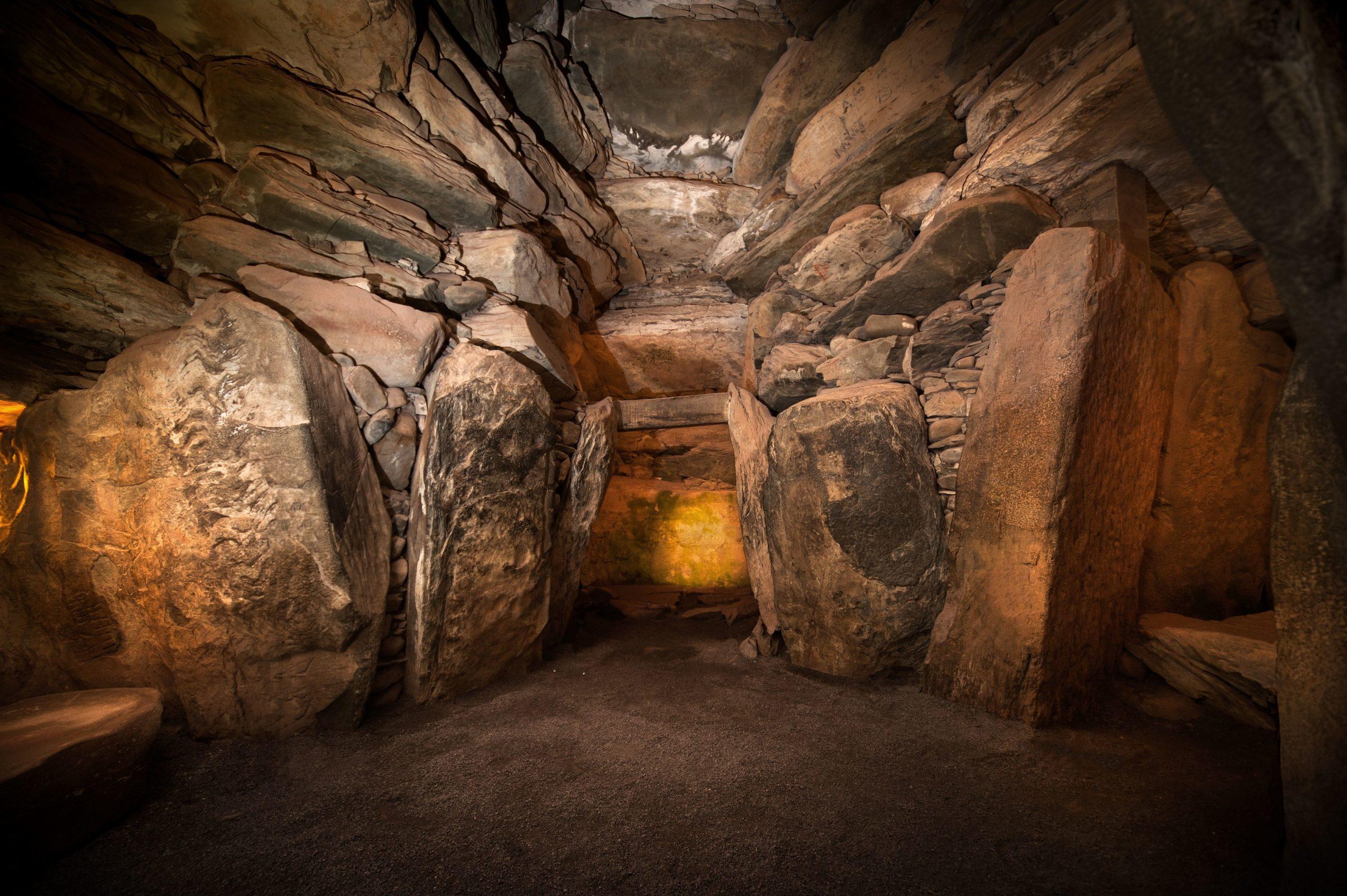 Foto de interior de tumba, com rochas empilhadas.