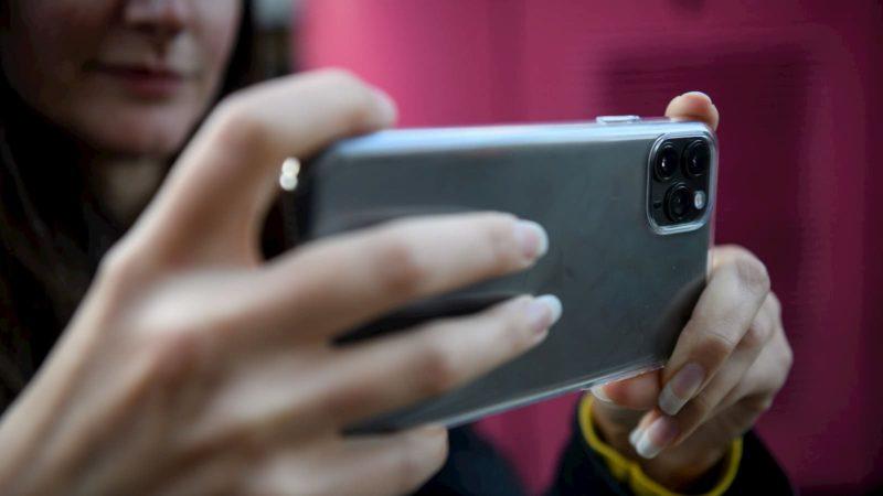 Pessoa tirando uma foto usando um iPhone