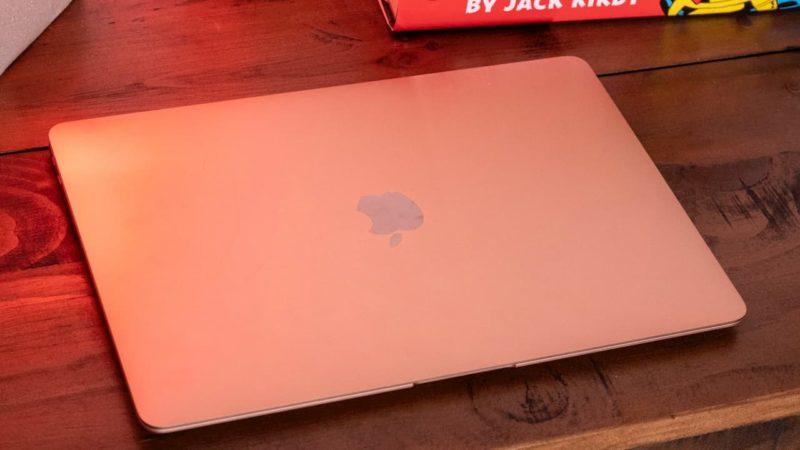 MacBook com a tampa fechada