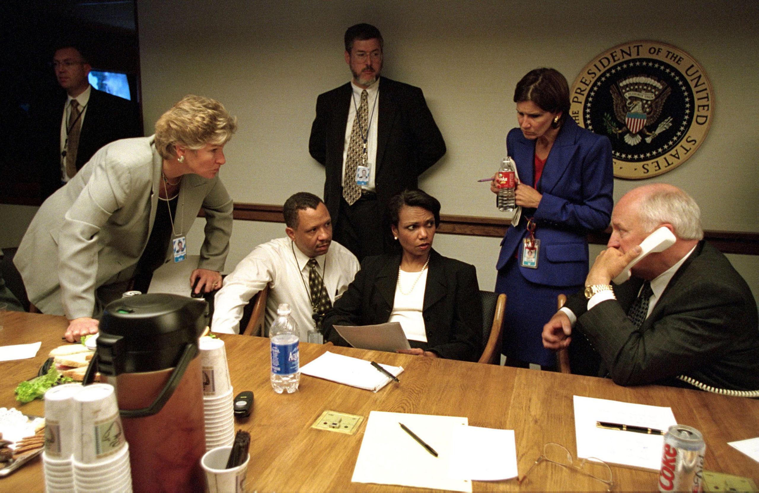 Condoleeza Rice na mesa do Centro Presidencial de Operações de Emergência. Crédito: Arquivos Nacionais dos EUA