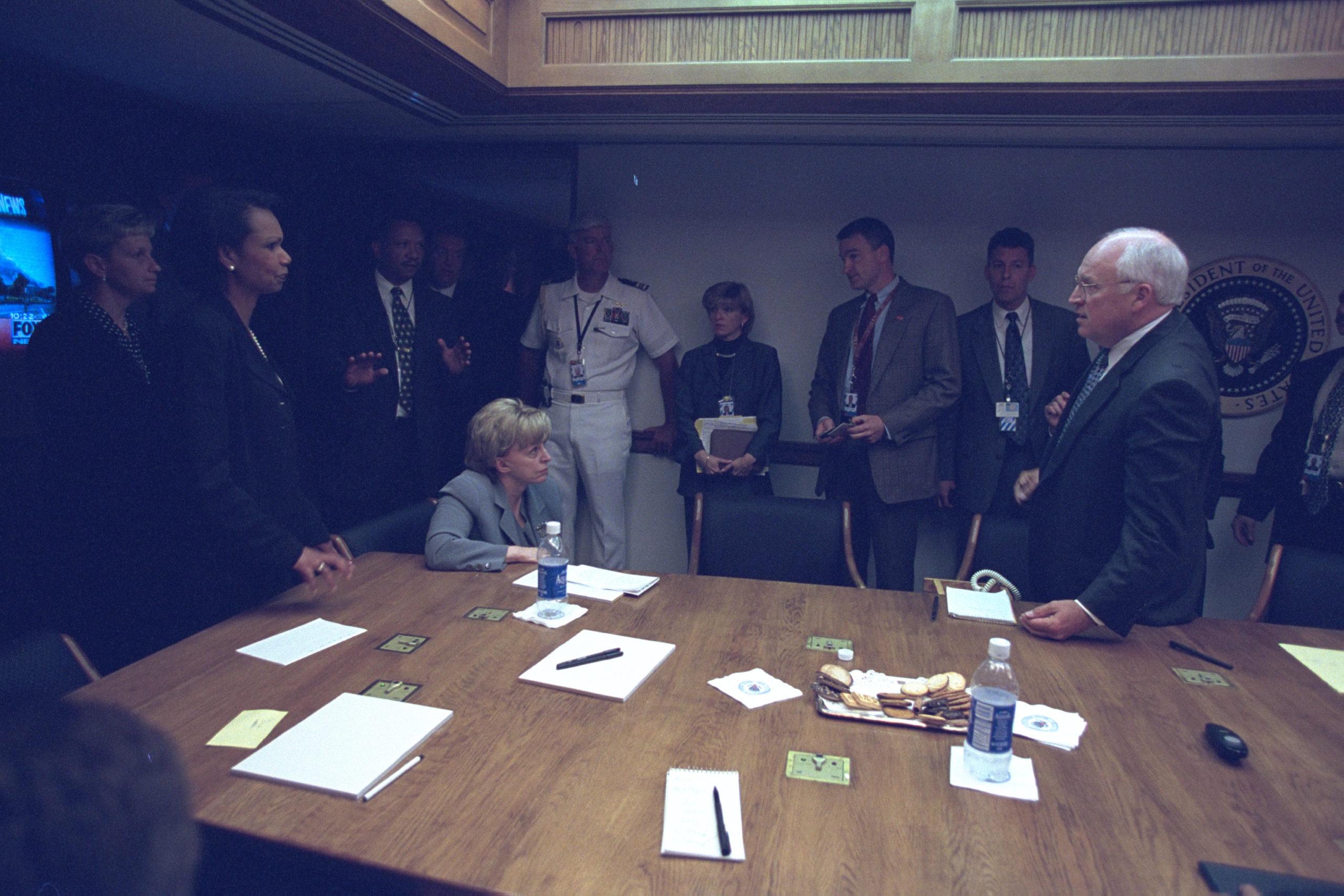 Vice-presidente Dick Cheney em pé durante o 11 de setembro de 2001. Crédito: Arquivos Nacionais dos EUA