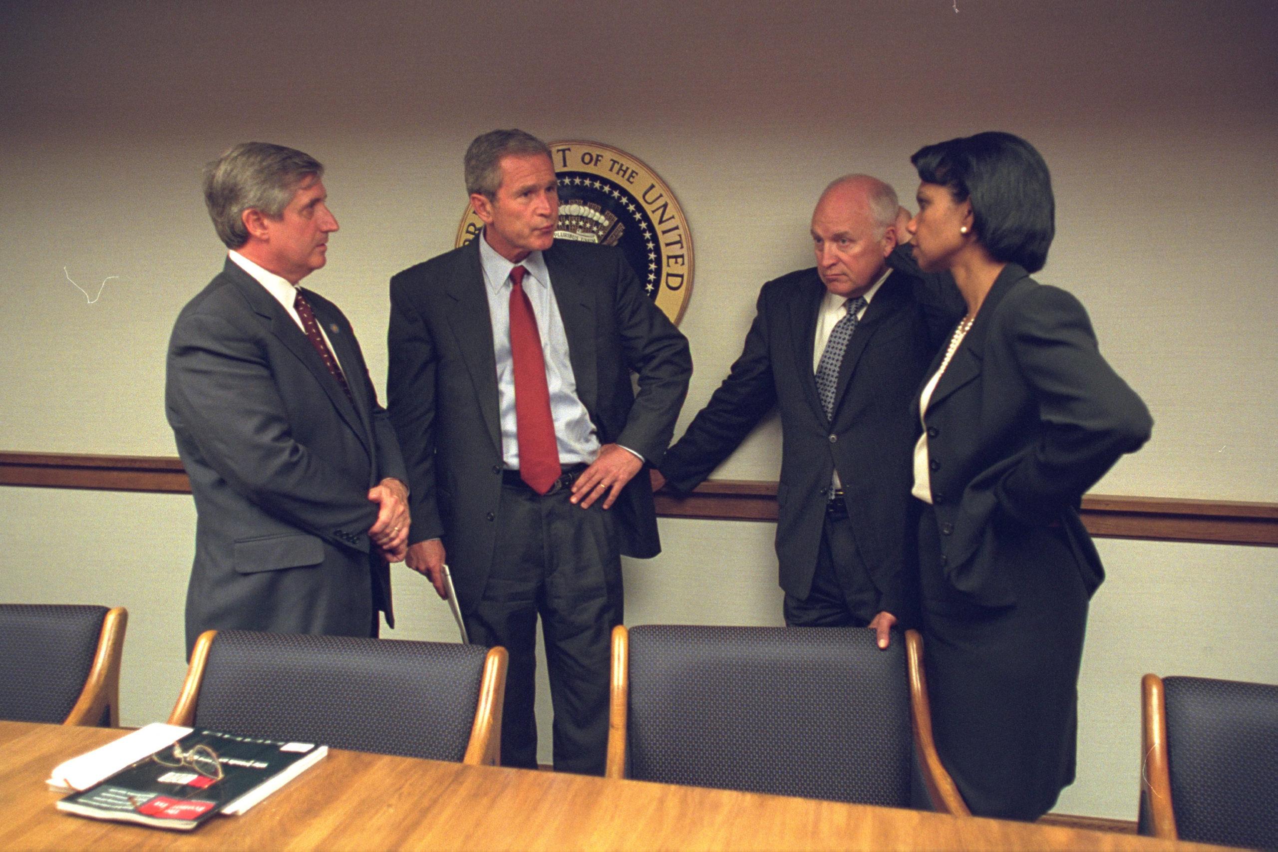 Presidente George W. Bush ao centro. Crédito: Arquivos Nacionais dos EUA