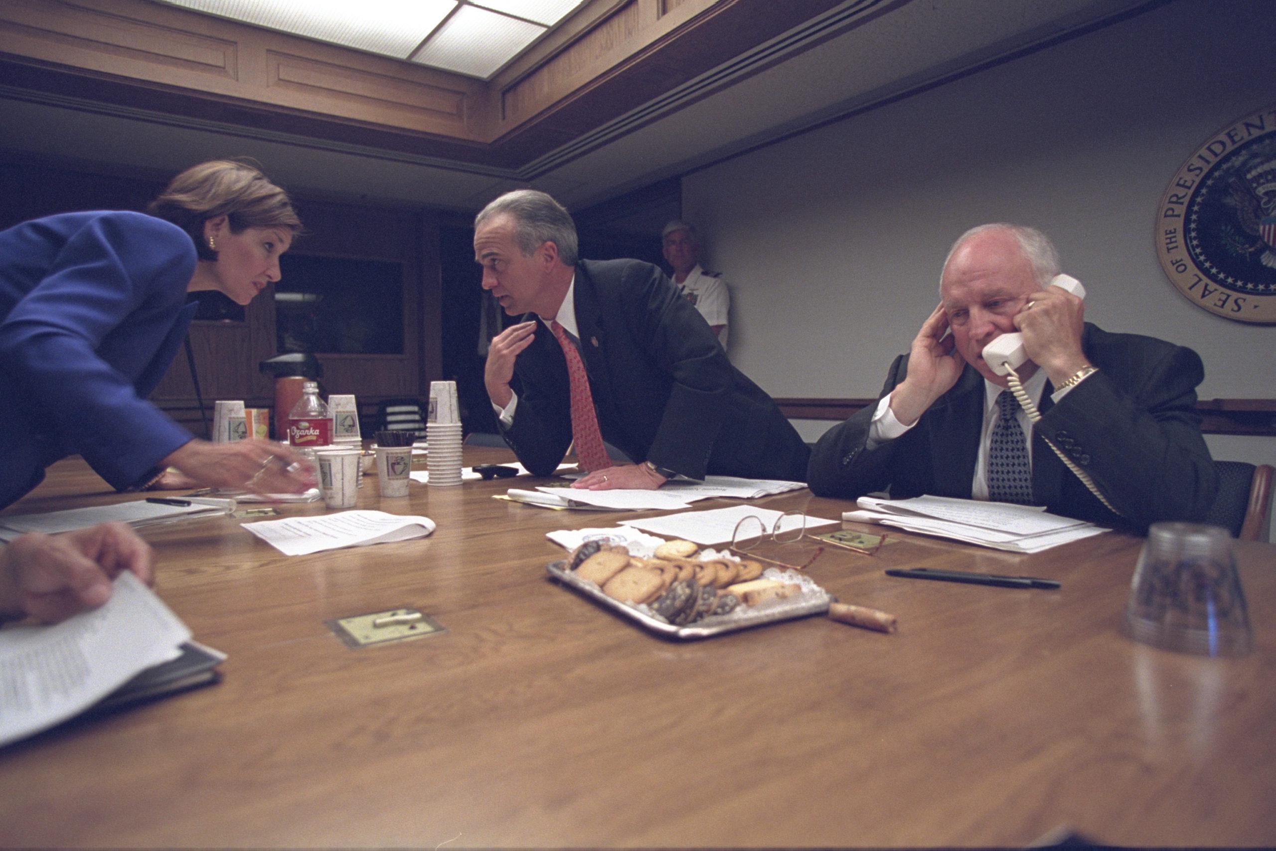 Vice-presidente Dick Cheney ao telefone. Crédito: Arquivos Nacionais dos EUA