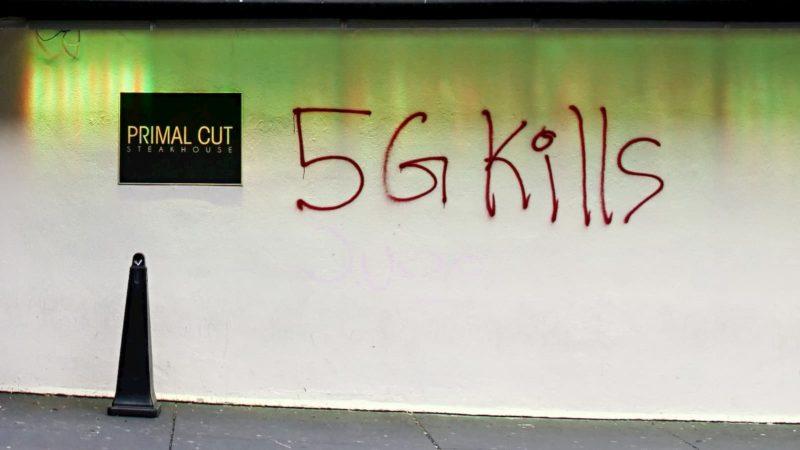 Muro pixado com a frase 5G mata, em inglês