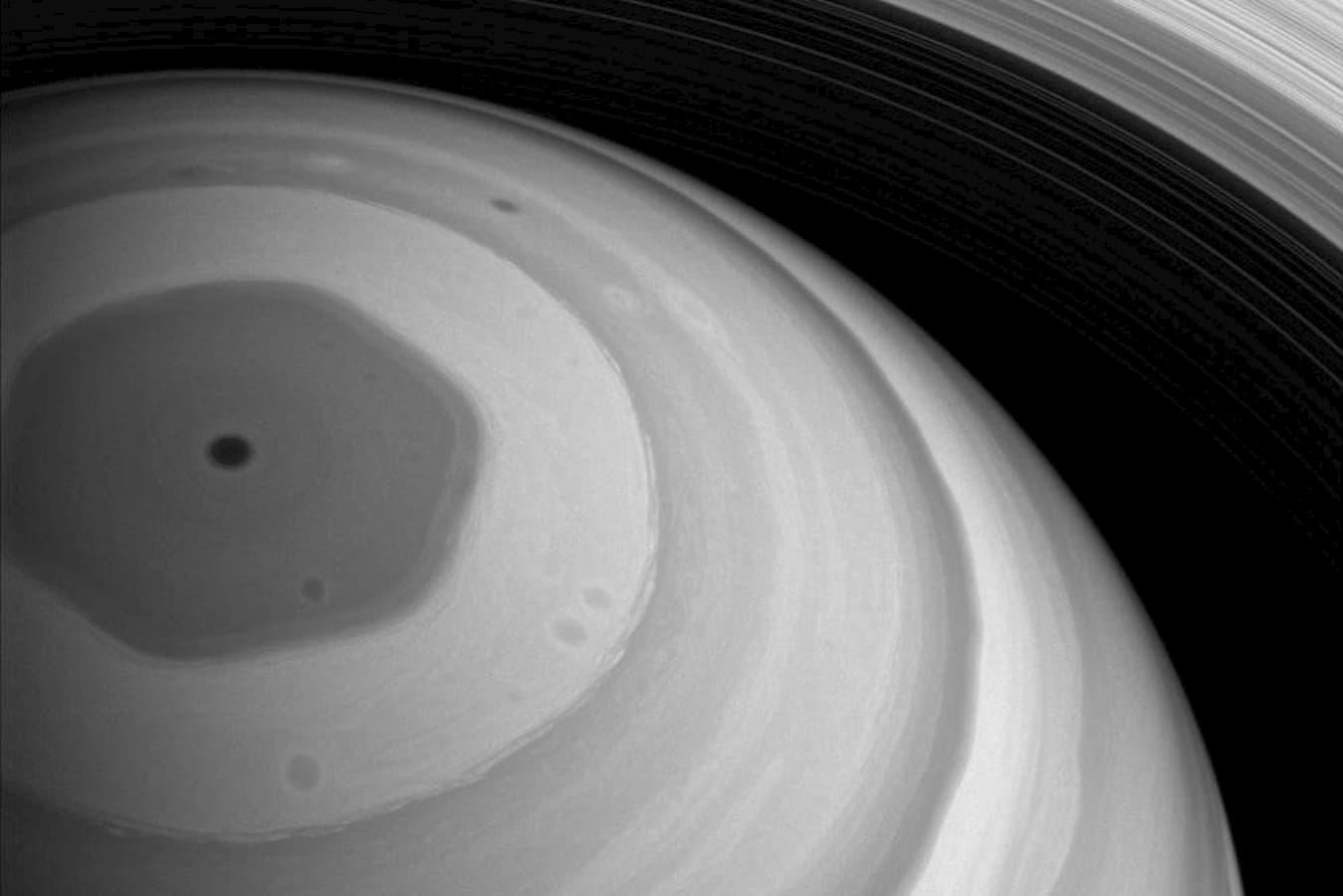 Pólo norte de Saturno em forma de hexágono