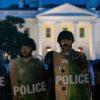 Policiais em frente à Casa Branca durante protestos. Crédito: Getty Images
