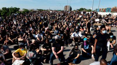 Manifestantes se ajoelham em protestos contra a brutalidade policial nos EUA após a morte de George Floyd