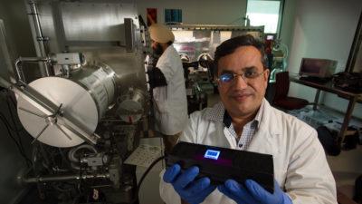 Professor Prashant Sonar (à frente) e o estudante de doutorado Amandeep Singh Pannu (atrás). Crédito: Universidade de Tecnologia de Queensland Professor Prashant Sonar (à frente) e o estudante de doutorado Amandeep Singh Pannu (atrás). Crédito: Universidade de Tecnologia de Queensland