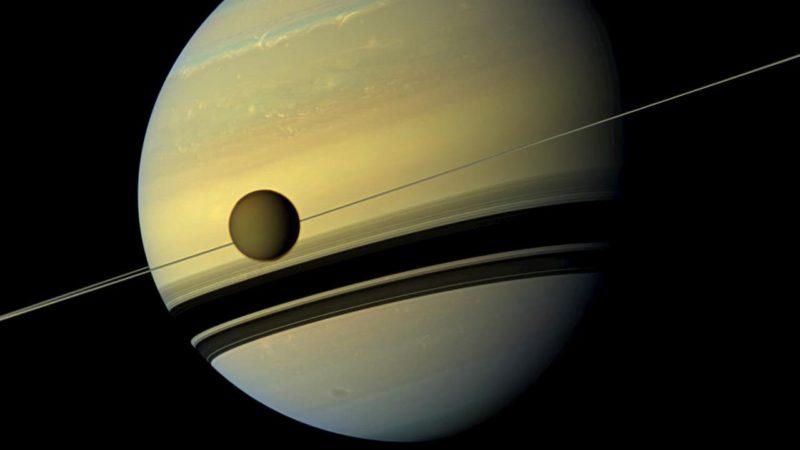 Titã em órbita à volta de Saturno