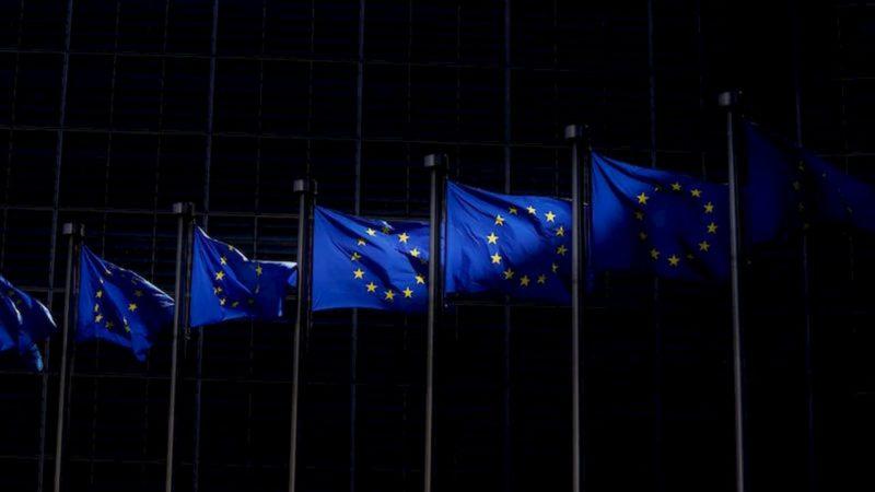 Bandeira da União Europeia em vários mastros