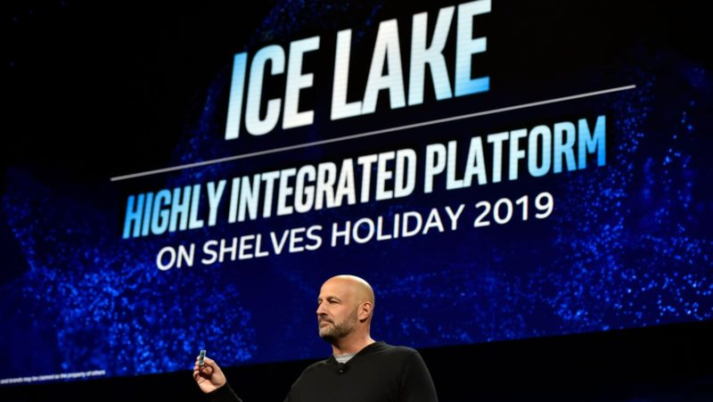 Gregory Bryant, vice-presidente sênior da Intel, exibindo chip Ice Lake durante um evento de imprensa da Intel na CES 2019.