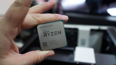 Pessoa segurando um chip AMD Ryzen 3. Crédito: Alex Cranz/Gizmodo