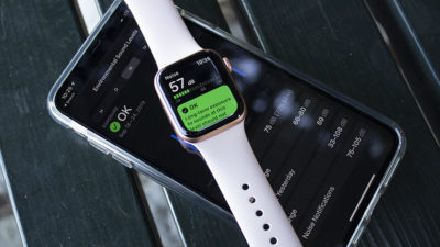 Apple Watch Series 5 sobre um iPhone. Crédito: Victoria Song/Gizmodo