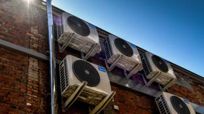 Aparelhos ar-condicionado em prédio. Crédiot: Dirk Waem/GettyImages