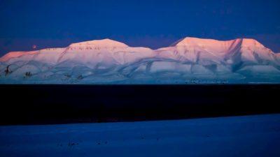 Montanhas cobertas de gelo e neve no Ártico.