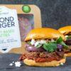 Dois hambúrgueres e uma embalagem com dois discos de hambúrguer vegano da Beyond Burger. Crédito: Beyond Burger