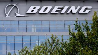 Logo da Boeing na fachada de um prédio.