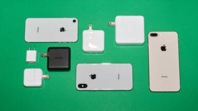 Diferentes iPhones e distintos carregadores. Crédito: Alex Cranz/Gizmodo