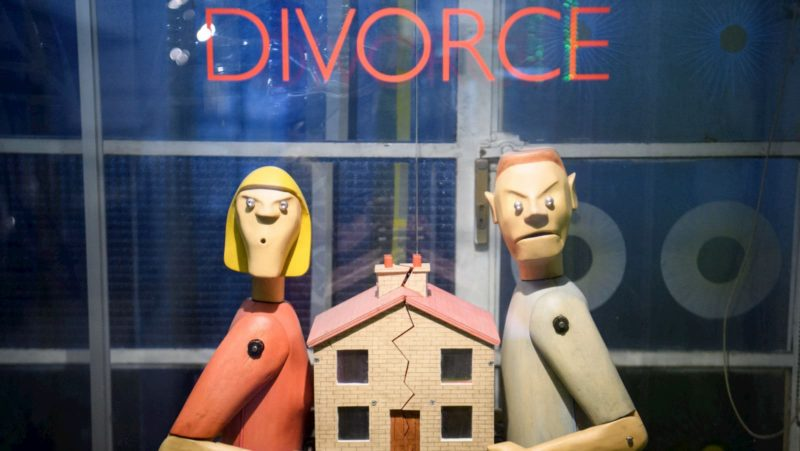 Bonecos ilustram cena de divórcio com casa separada ao meio