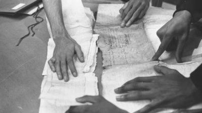 Imagem do Schomburg Center para Pesquisa da Cultura Negra, na biblioteca pública de Nova York, mostra acadêmicos reunindo documentos de navios negreiros que chegaram aos EUA. Crédito: Three Lions/Getty Images