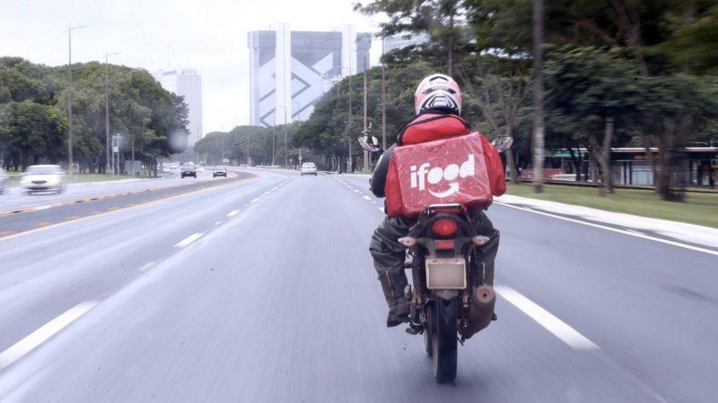 Entregador com mochila do iFood. Crédito: Marcello Casal/Agência Brasil