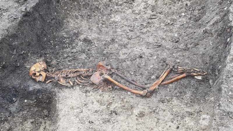 Esqueleto de homem adulto achado em Wellwick Farm, no Reino Unido. Crédito: HS2