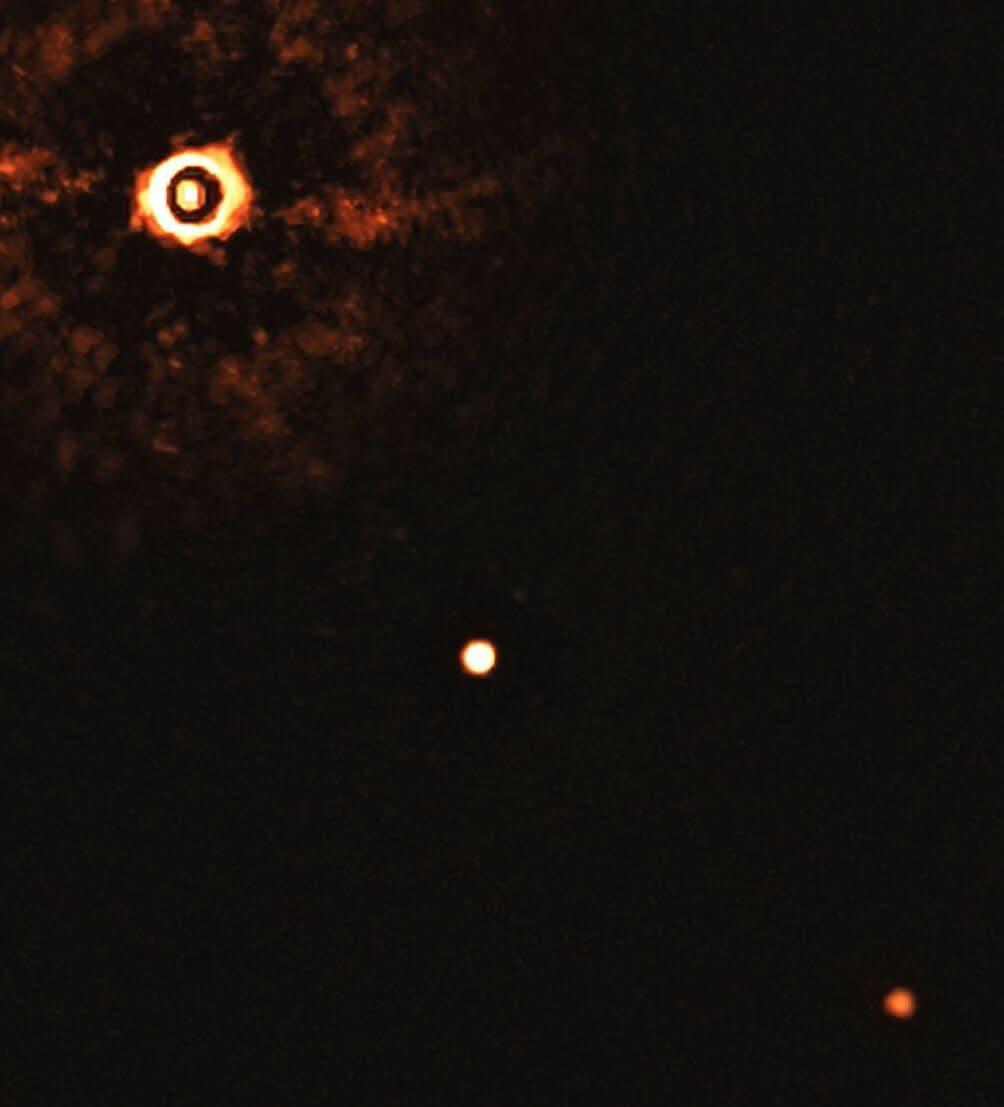 A estrela TYC 8998-760-1 acompanhada por dois exoplanetas gigantes
