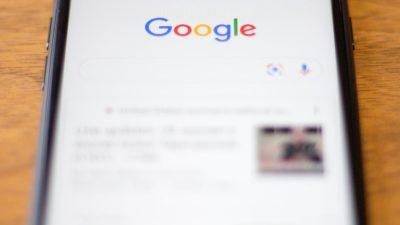 Smartphone com uma tela da página de buscas do Google