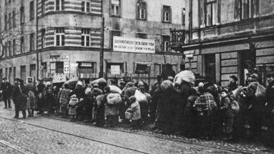 Deportações para o Gueto de Varsóvia. Rua Leszno, perto do cruzamento com a Rua Żelazna