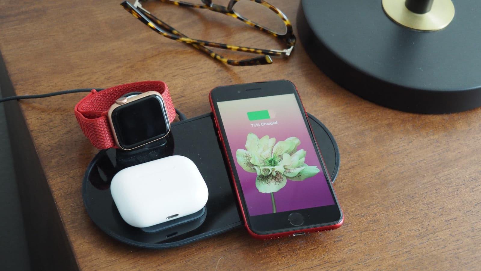 iPhone SE 2020, AirPods e Apple Watch carregando em uma base sem fio