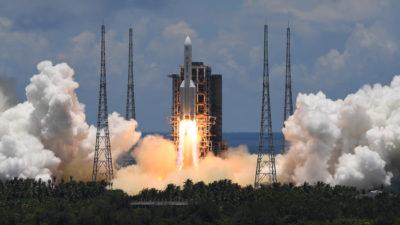 Um foguete Long-March 5 é lançado do centro de lançamento espacial Wenchang no sul da China. Crédito: Noah Celis/Getty Images