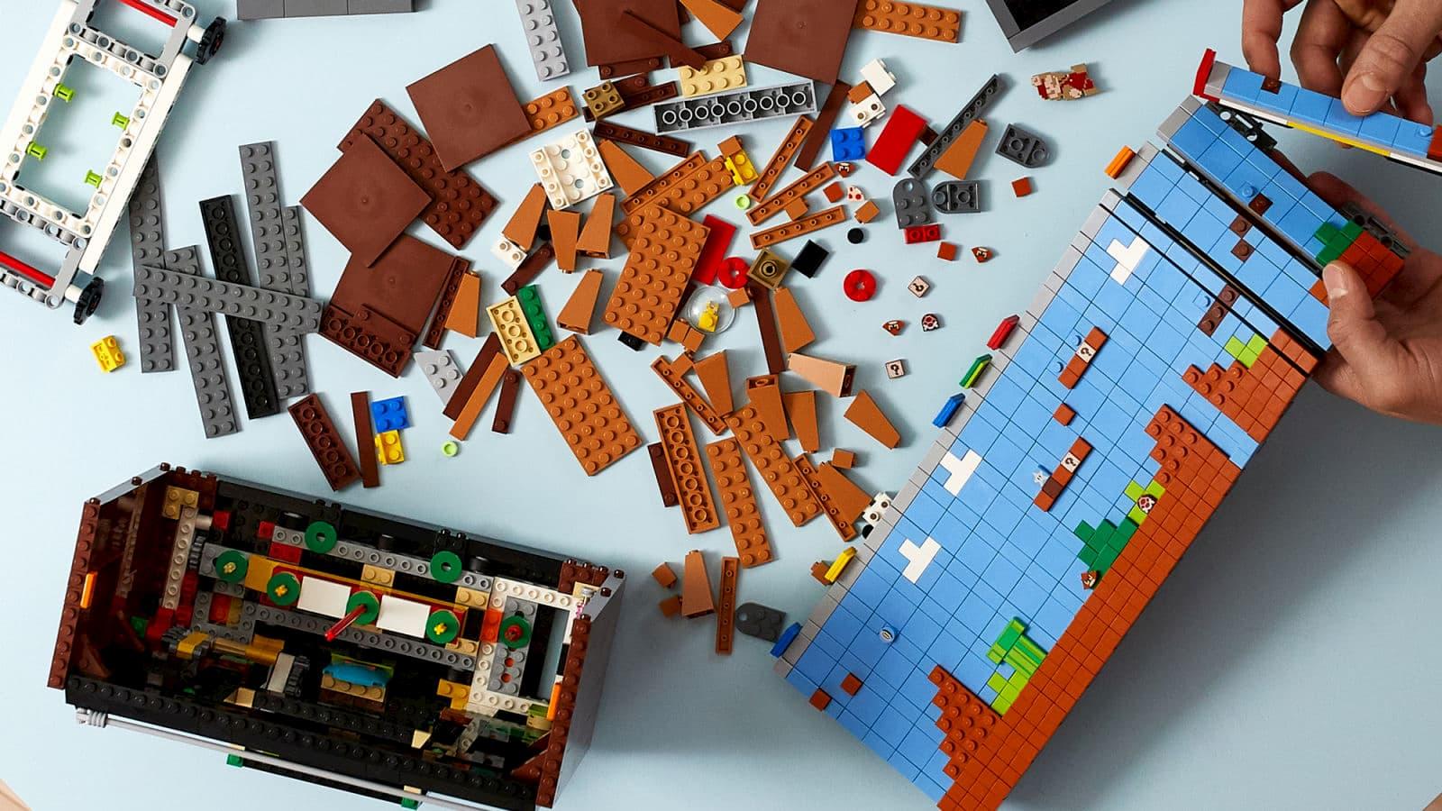 Uma inteligente esteira de Lego virada de lado recria o primeiro nível do Super Mario Bros