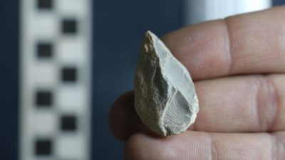 Pequena pedra encontrada na caverna Chiquihuite, no México. Crédito: Ciprian Ardelean