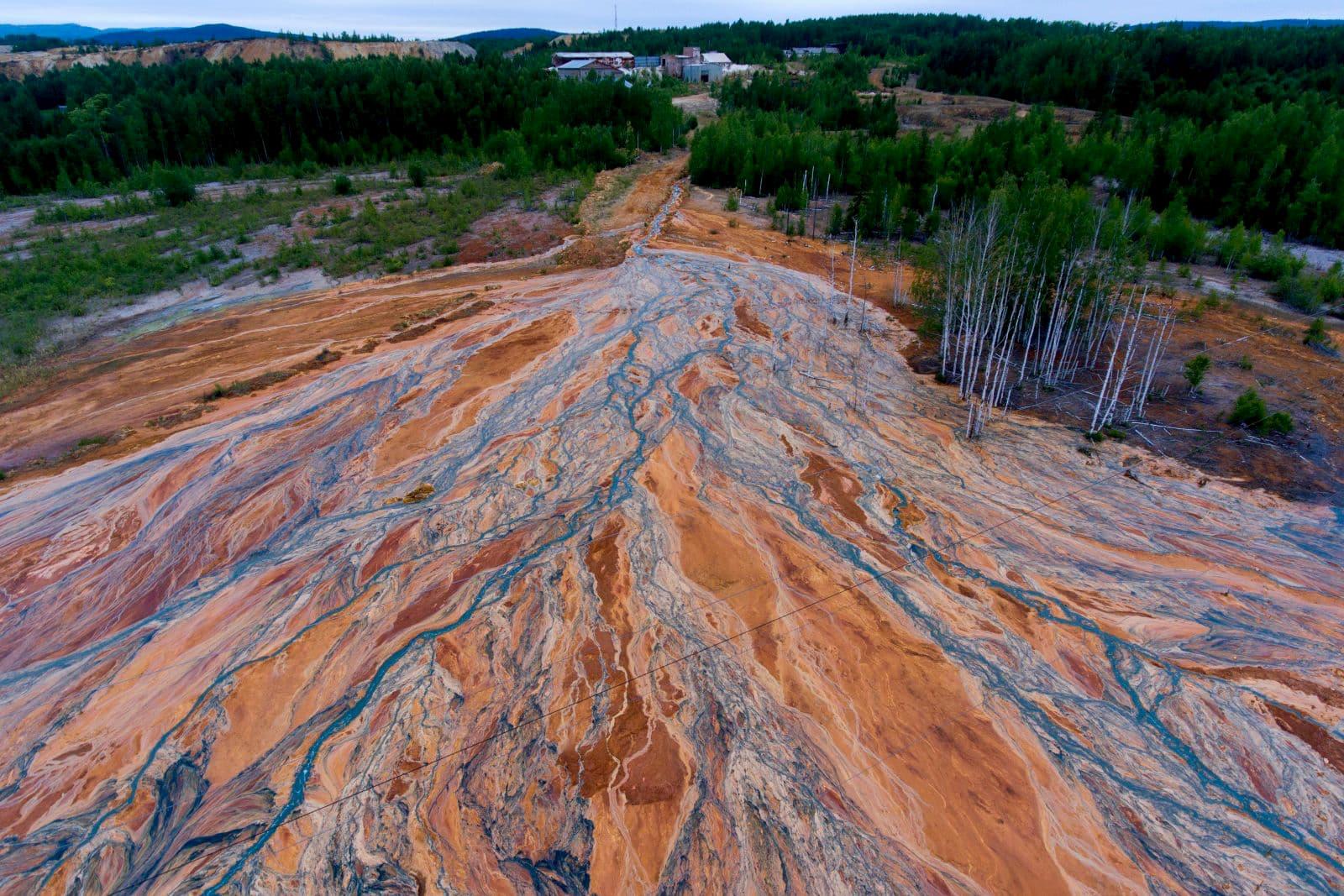 Rio com rejeitos perto de uma mina de sulfato de cobre em desuso perto da vila russa chamada Lyovikha nos Montes Urais