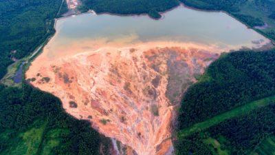 Vista aérea feita em 27 de junho de 2020, mostra rios laranjas perto de uma mina de sulfato de cobre em desuso perto da vila russa chamada Lyovikha nos Urais