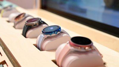 Smartwatches enfileirados com WearOS. Crédito: Sam Rutherford/Gizmodo