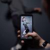 Pessoa usa o TikTok para filmar outra que está dançando. Crédito: AFP (Getty Images)