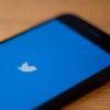 Smartphones com logotipo do Twitter na tela. Crédito: Getty Images