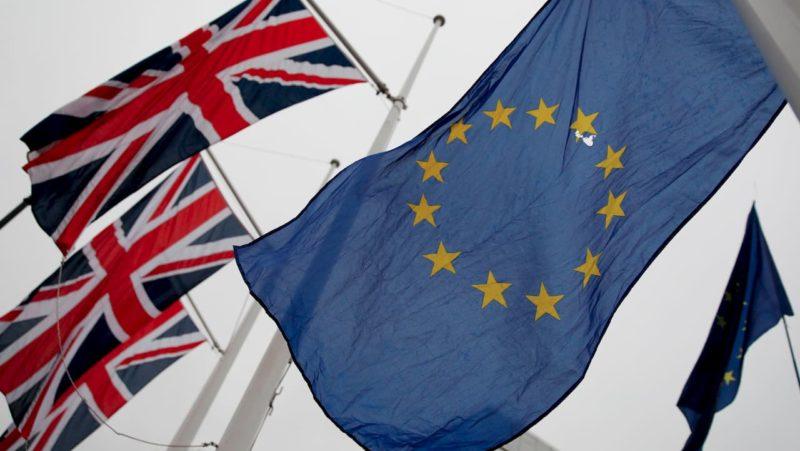 Bandeiras da Grã-Bretanha e da União Europeia.