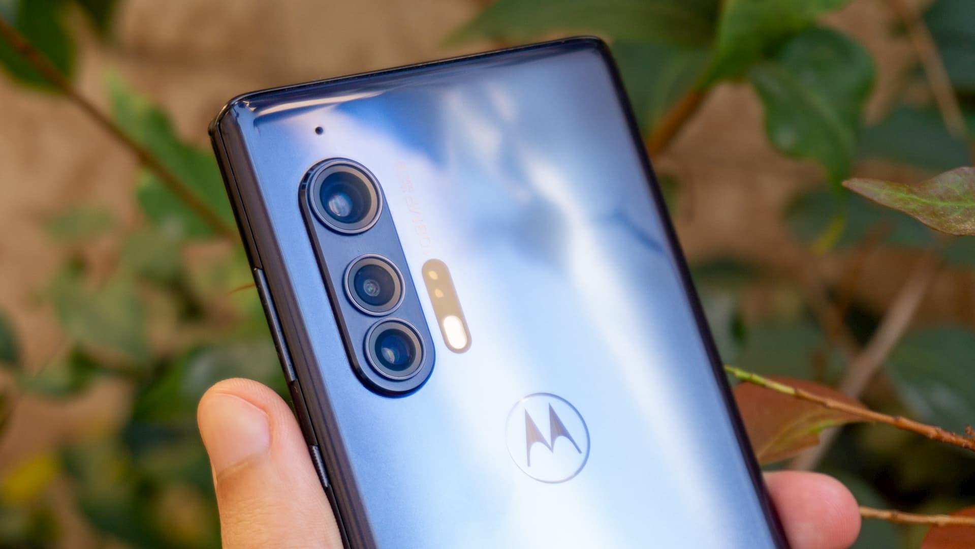 Detalhe das câmeras Moto Edge+