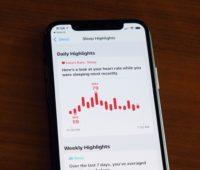 Tela do app saúde do iPhone com informações de sono