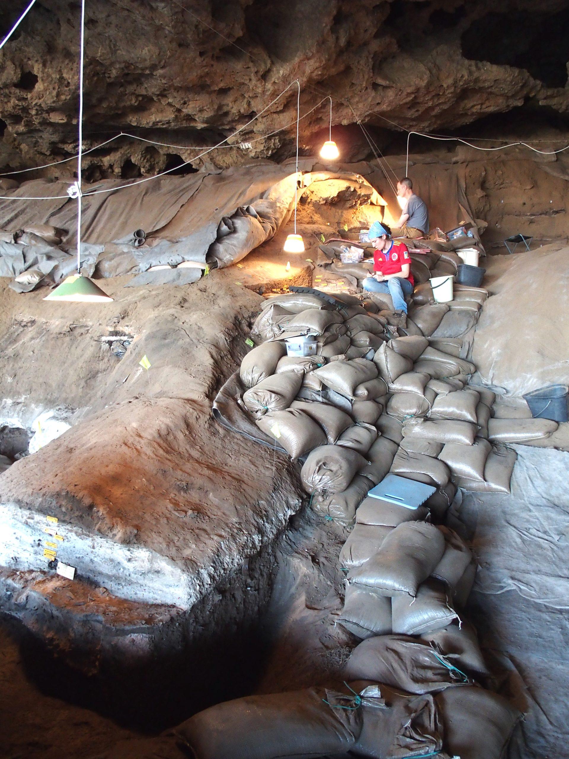 Escavações na Border Cave, na África do Sul. Crédito: D. Stratford