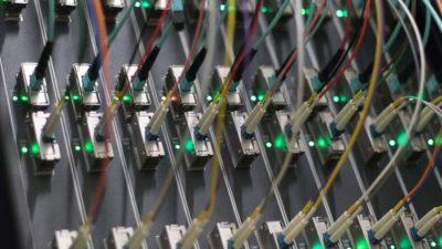 Cabos de fibra óptica em um data center na Alemanha. Crédito: Yann Schreiber/AFP (Getty Images)