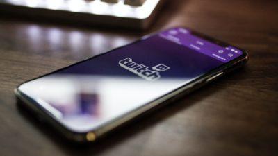 Smartphone com o app da Twitch. Crédito: Unsplash