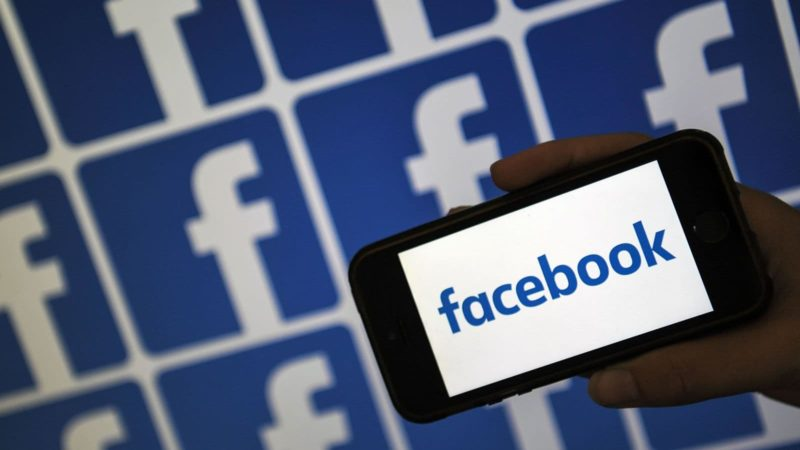 Smartphone com letreiro do Facebook