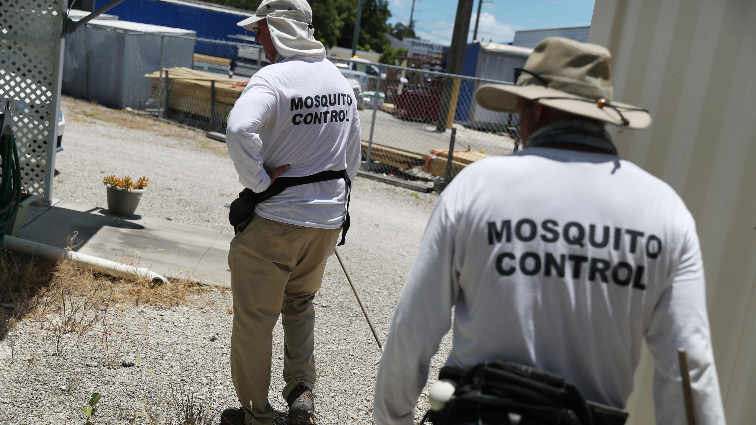 Uma equipe do Controle de Mosquitos em Florida Keys. Crédito: Joe Raedle/Getty Images