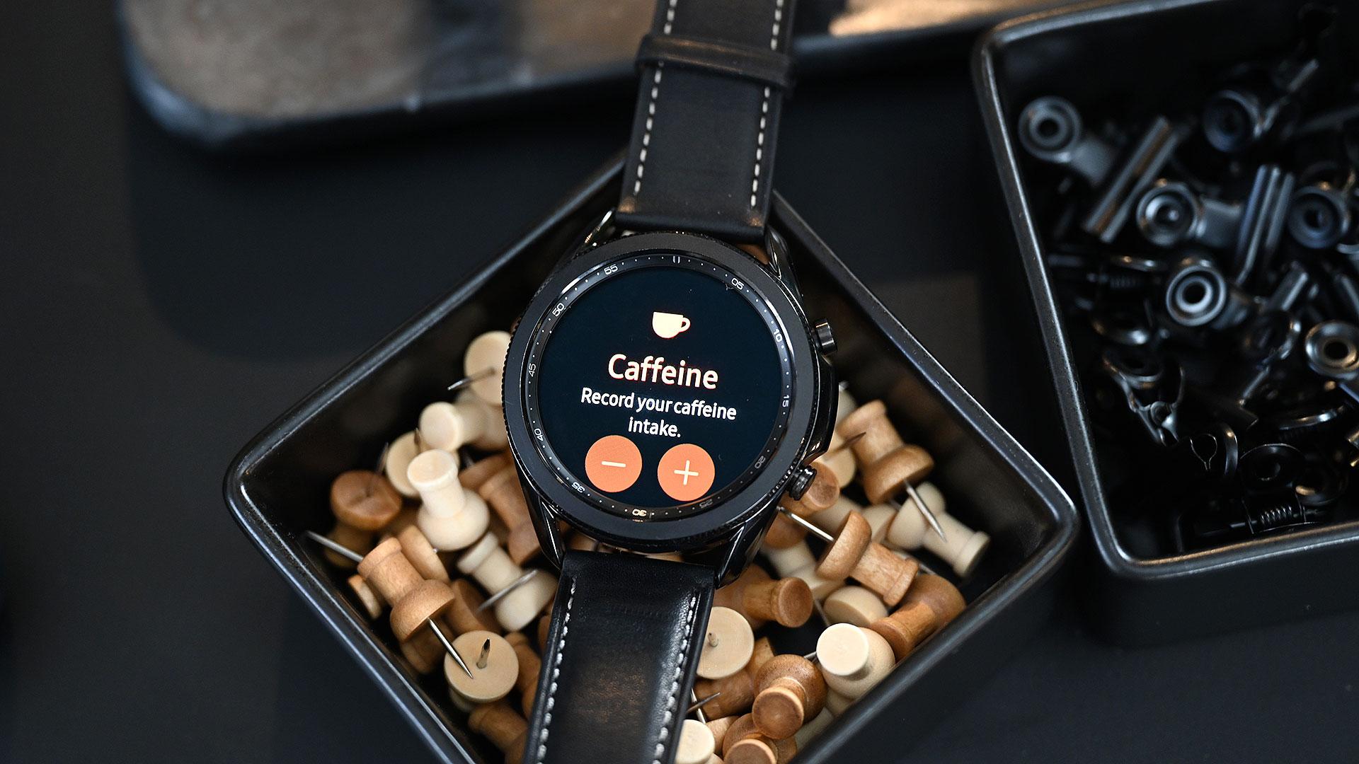 Galaxy Watch 3 ganhou novas funções de saúde, como monitorar até consumo de cafeína. Crédito: Sam Rutherford/Gizmodo