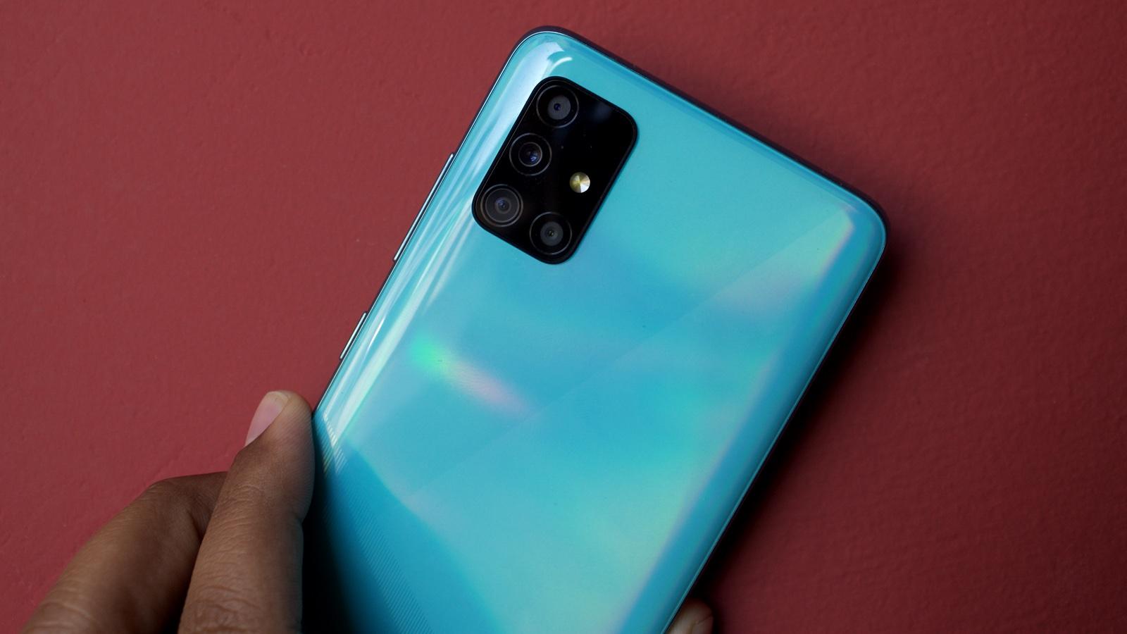 Traseira do Galaxy A51 na cor azul com detalhe para suas múltiplas câmeras