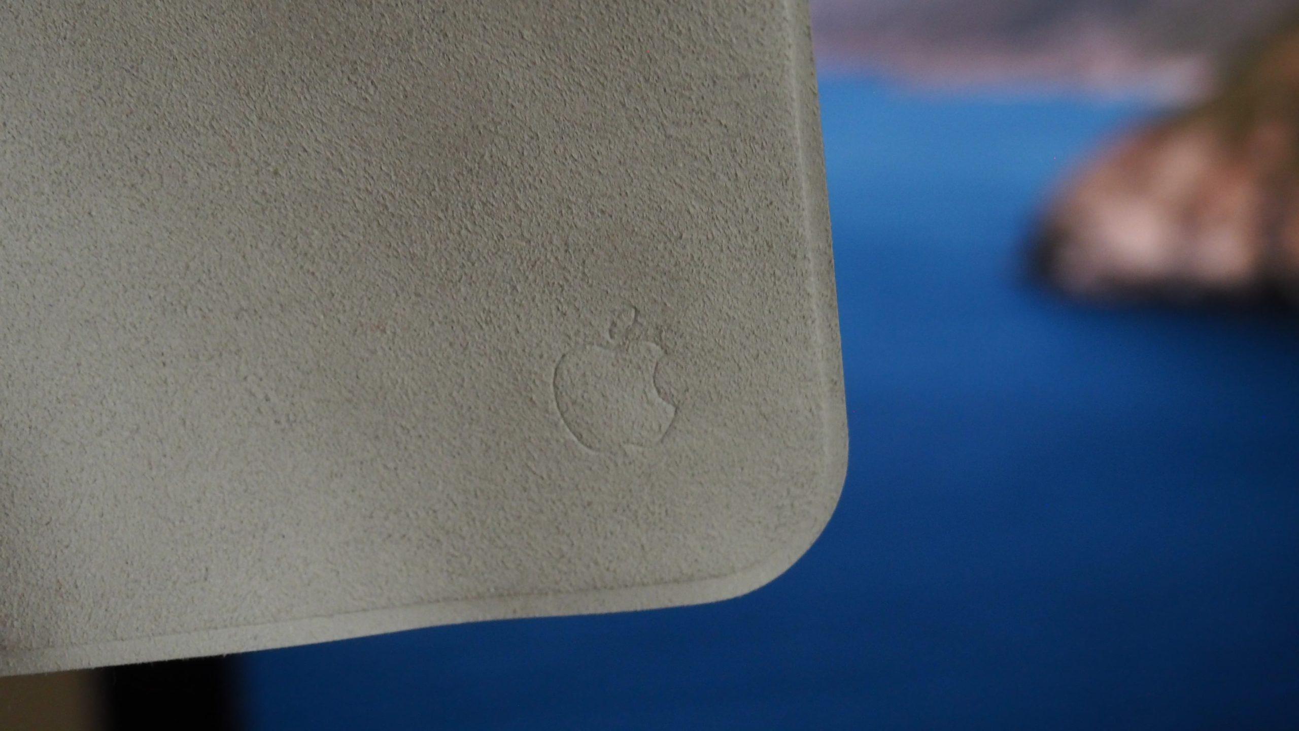 Detalhe do pano que acompanha o iMac de 27 polegadas. Crédito: Caitlin McGarry/Gizmodo